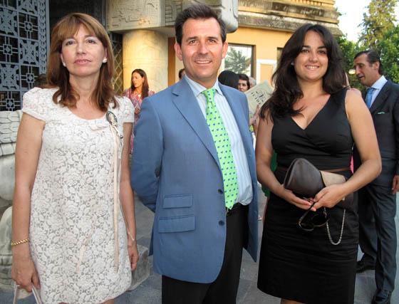 Los profesores del Icide Ofelia Barrera Mora y Julio Díaz Escudero, con Dolores Carmen Jiménez, alumna del Curso de Mediación Familiar.  Foto: Victoria Ramírez