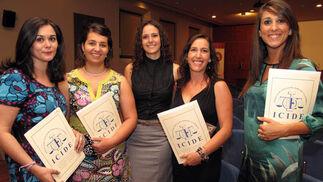 Nieves Amuedo, Rosario Dos Anjos, Mercedes Valle, Montaña Holgado y Pilar Jiménez Navarro, alumnas del Programa de Práctica Jurídica.  Foto: Victoria Ramírez