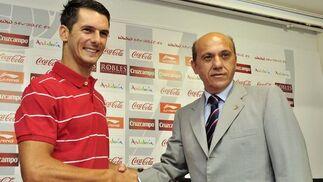 Presentación de Spahic, el nuevo fichaje del Sevilla.   Foto: Manuel Gómez