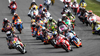 Las imágenes de la carrera de Moto3 del Gp de Cataluña.  Foto: EFE