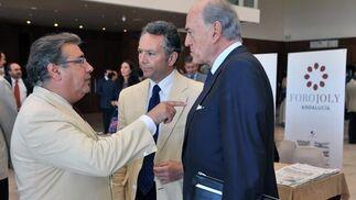 El alcalde de Sevilla, Juan Ignacio Zoido, con José Joly, presidente del Grupo Joly, y Baldomero Falcones.  Foto: Victoria Hidalgo / Juan Carlos Vazquez