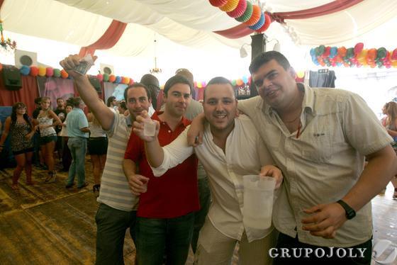 Los algecireños disfrutan de su último día de feria y se reúnen en el Real para contemplar el montaje pirotécnico con el que acaba la fiesta./J.M. Quiñones  Foto: J.M. Quinones