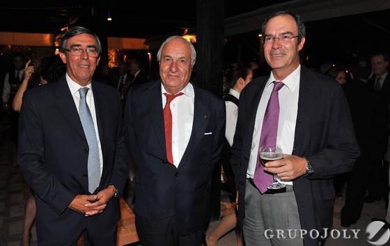 Alfredo Álvarez y Manuel Clavero, socios del despacho Montero & Aramburu, con Juan Ramón Guillén, presidente de Acesur.  Foto: Juan Carlos Vazquez/Victoria Hidalgo
