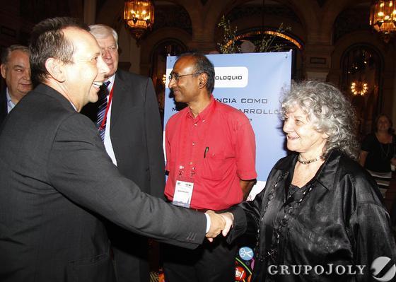 José Antonio Carrizosa saluda a la premio Nobel Ada Yonath.  Foto: Juan Carlos Vazquez/Victoria Hidalgo