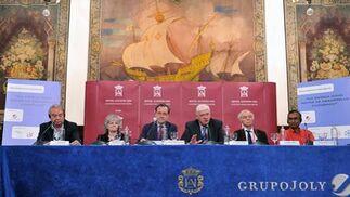 Los cinco premios Nobel invitados y Miguel Ángel de la Rosa (tercero por la izquierda), presidente del Congreso Internacional de Biología, durante el coloquio organizado por 'Diario de Sevilla'.  Foto: Juan Carlos Vazquez/Victoria Hidalgo