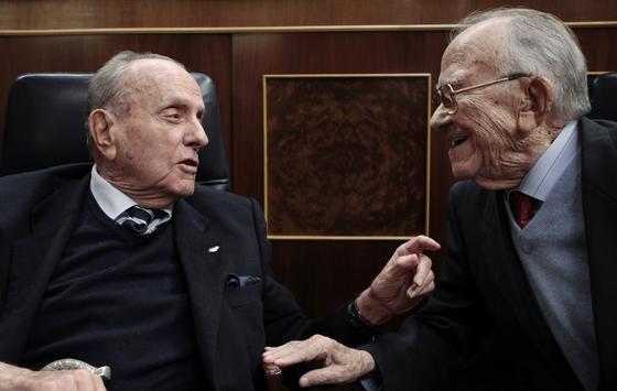 Santiago Carrillo junto a Manuel Fraga  Foto: Efe/Afp photo/Reuters