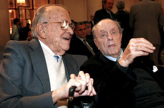 Santiago Carrillo con Manuel Fraga.  Foto: Efe/Afp photo/Reuters