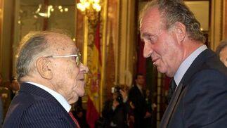 Santiago Carrillo con el Rey.  Foto: Efe/Afp photo/Reuters