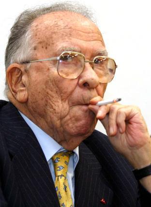 Santiago Carrillo fuma un cigarrillo.  Foto: Efe/Afp photo/Reuters
