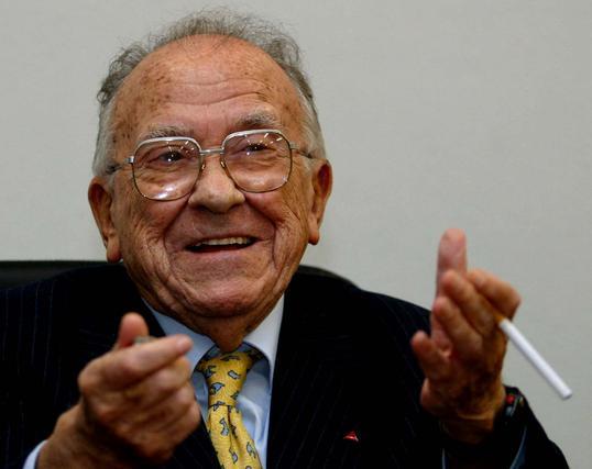Santiago Carrillo sonríe antes de encender un cigarro.  Foto: Efe/Afp photo/Reuters