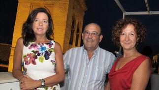 Lola Blanco-Morales, presidenta del Club Náutico de Sevilla; José Joaquín Barriga y Ana Pérez Lepe, ante la Iglesia de San Lorenzo.   Foto: Victoria Ramírez