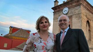 Rosa María Borja y Sixto Tovar, propietarios del recién inaugurado Espacio Eslava, en la terraza solárium que comparten los nuevos apartamentos, con la torre de la Iglesia de San Lorenzo a sus espaldas.   Foto: Victoria Ramírez