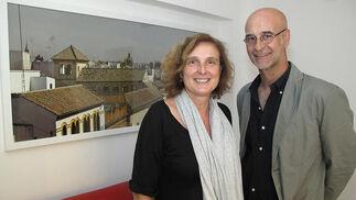 Flammeta Cincera, profesora, con el fotógrafo Fernando Alda, autor de las imágenes que decoran las suites del Espacio Eslava.   Foto: Victoria Ramírez