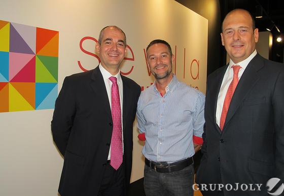En el centro, Ismael González, director de Expasión de Miss Sixty, con Jorge Tauste y Jorge Sánchez Mera, directivos de Neinver España.   Foto: Victoria Ramírez
