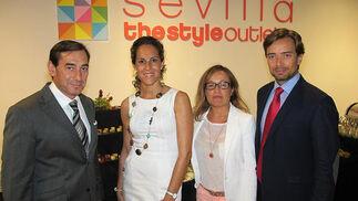 Quique Quesada, 'retail manager' de Pepe Jeans, con los directivos de Neinver Laura Abajo, Mercedes Sánchez y Carlos Gilsanz.   Foto: Victoria Ramírez