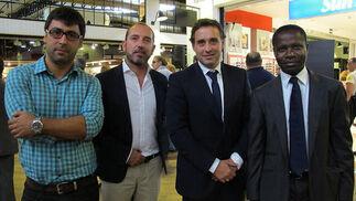 Luis Erazo y Lázaro Rosa-Violán (Contemporain Studio), responsable de la decoración del centro, con Antonio Sánchez y Ben Alongo, de Neinver.   Foto: Victoria Ramírez