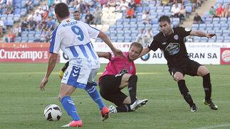 Brozek, con la pelota controlada dentro del área rival y el portero gallego en el suelo. / Espínola