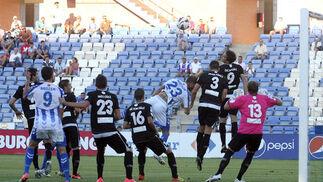Un defensa del Lugo despeja en un córner. / Espínola