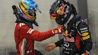 Fernando Alonso felicita a Vettel por su victoria. / AFP Photo