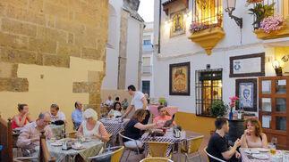 Tranquilidad junto a San Miguel. Taberna El Pisto es uno de los restaurantes de referencia de Córdoba, que además cuenta con una cómoda terraza en la que degustar su variada oferta culinaria.