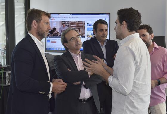 Fernando Ortega y Juan Carlos Fernández atienden a David Troya.  Foto: Juan Carlos Vázquez