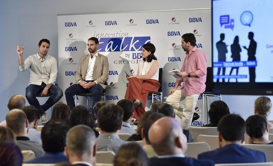 David Troya (izquierda), José González y Elena Solera junto al presentador del evento, Jesús Ollero.   Foto: Juan Carlos Vázquez