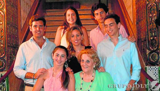 La anfitriona con sus nietos Fernando Sicre, Irene Galindo, Macarena Morell, Nono, Guille, Teresa y Chusa Marín.  Foto: Ignacio Casas de Ciria