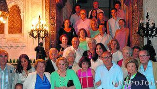 La homenajeada Lourdes Fernández Baena, rodeada del grupo de invitados, durante la celebración de su ochenta cumpleaños, tras finalizar la ceremonia religiosa oficiada por el sacerdote  marianista Javier Jauregui, en el Casino Gaditano.  Foto: Ignacio Casas de Ciria
