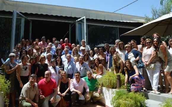 El doctor Alfredo Roca, con un grupo de compañeros, que asistieron al almuerzo-homenaje, con motivo de su jubilación, en el restaurante El Faro.  Foto: Ignacio Casas de Ciria