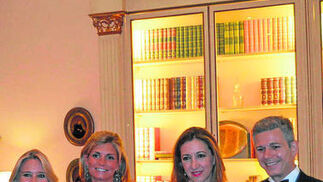 La escritora Almudena de Arteaga con Cristina Santos, Belén Viserda y el marqués de Varela de San Fernando.  Foto: Ignacio Casas de Ciria