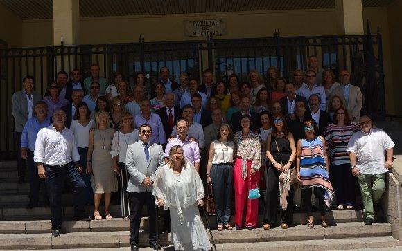 El grupo de antiguos estudiantes de la Facultad de Medicina de Cádiz, perteneciente a la promoción 1980-86, durante su encuentro, en la escalera del centro universitario, tras recibir una clase magistral del profesor José María Castro.  Foto: Ignacio Casas de Ciria