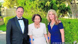 Francisco Javier Arroyo con su madre Isabel Navarro y su mujer María Marín.  Foto: Ignacio Casas de Ciria