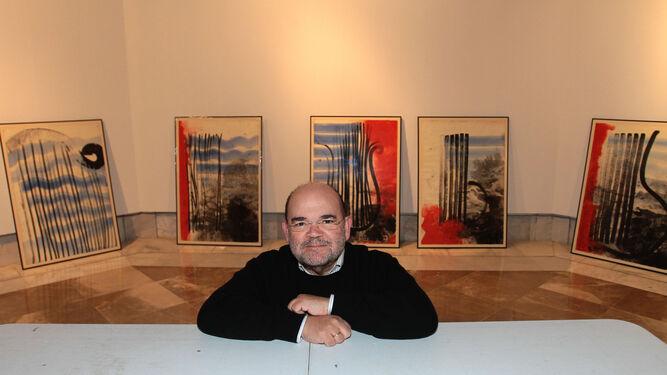 Pedro Garciarias, durante el montaje de su exposición en el Centro Cultural Gran Capitán.