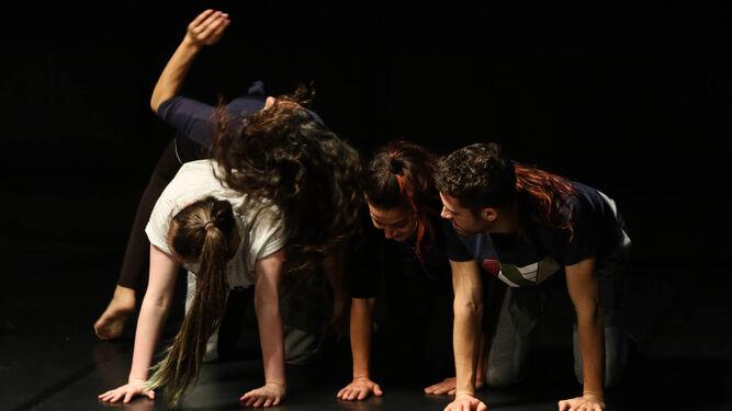 Ensayo de los participantes en el montaje que se estrena mañana en el Teatro Alhambra.