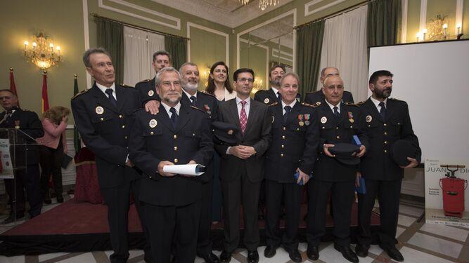 El alcalde de Granada, la concejal de Protección y el Jefe del Servicio con algunos de los homenajeados.