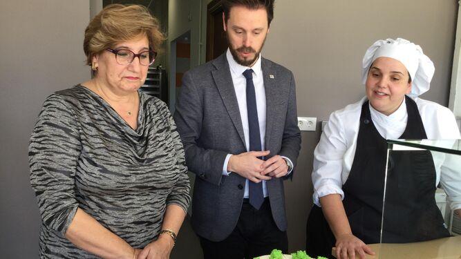 Conchi Abarca y Juan José Martín Arcos observan una tarta.