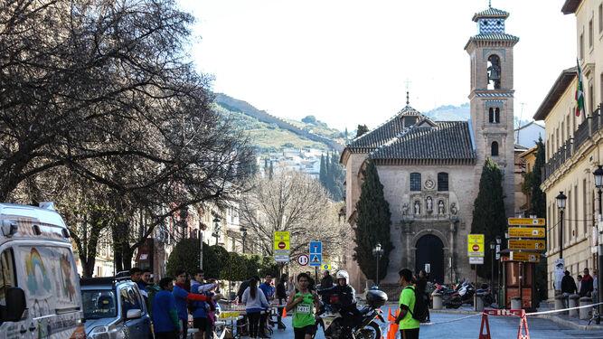 Uno de los corredores, con la Iglesia de San Gil y Santa Ana al fondo.