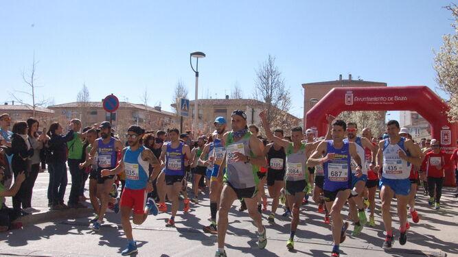 Un grupo de corredores, a los pocos metros de comenzar la carrera.