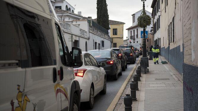 La carga y descarga, los autobuses y los bolardos no se lo ponen nada fácil a los peatones.