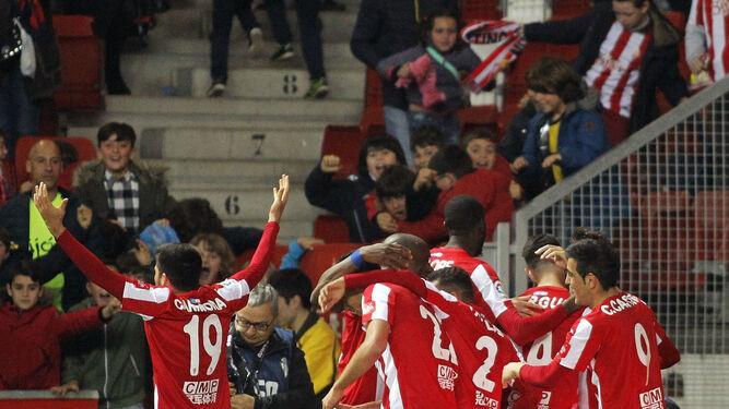 Los jugadores del Sporting felicitan a Babin después de marcar el tanto del 2-1 ante el Granada.