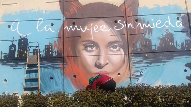 La ilustradora Anuska y el grafitero Badi coloreando han unido fuerzas para crear este mural en honor a la poeta cordobesa.