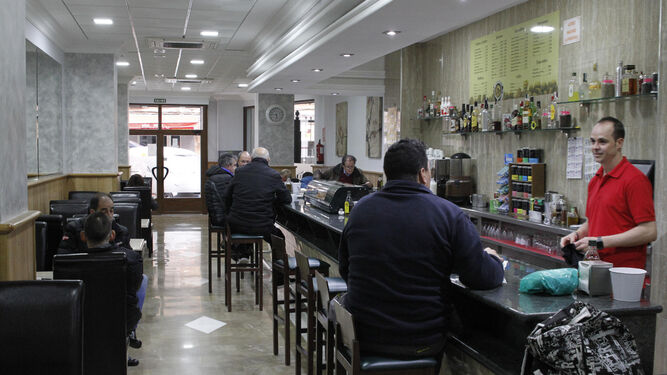 El interior de la cafetería ubicada en el centro.