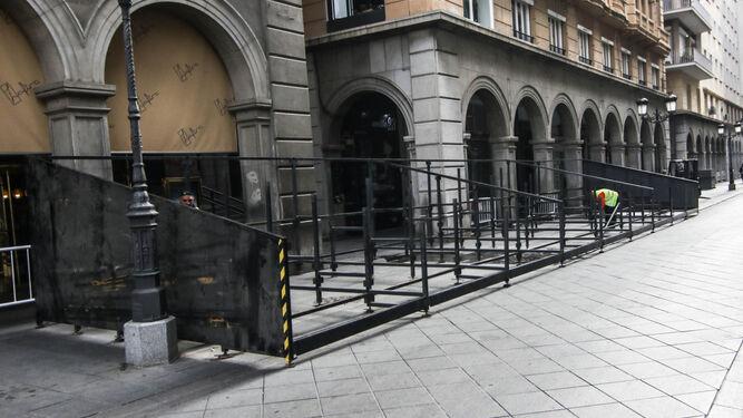 El montaje ha empezado ya en la calle Ganivet, donde se instala también el palco de la Federación y del Ayuntamiento.