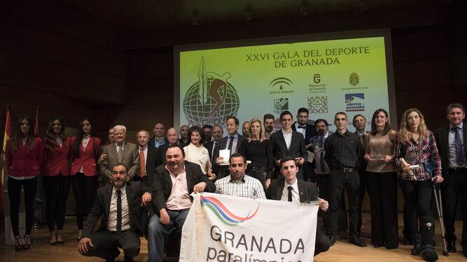 Foto de familia de los ganadores a los mejores deportistas, clubes y leyenda de 2016 para los periodistas deportivos de la provincia de Granada.