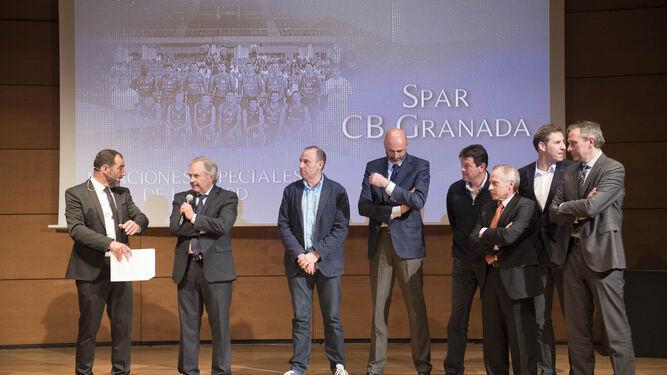José Luis López Cantal junto al resto de homenajeados del Spar Granada de baloncesto.