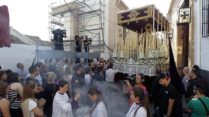 Momento de la salida del palio de la Virgen de los Reyes.