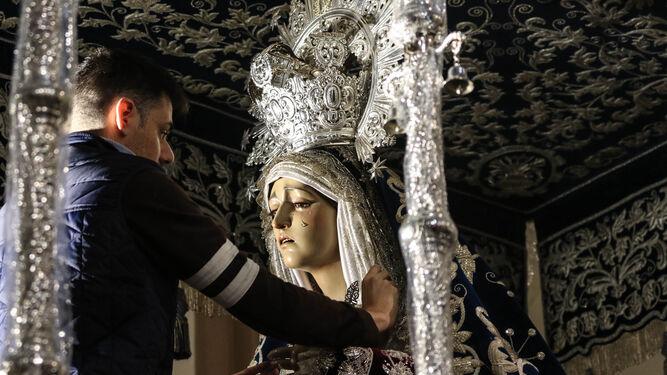 Jorge Heredia ultima la vestimenta de la Virgen de la Concepción, que sale este Jueves Santo.