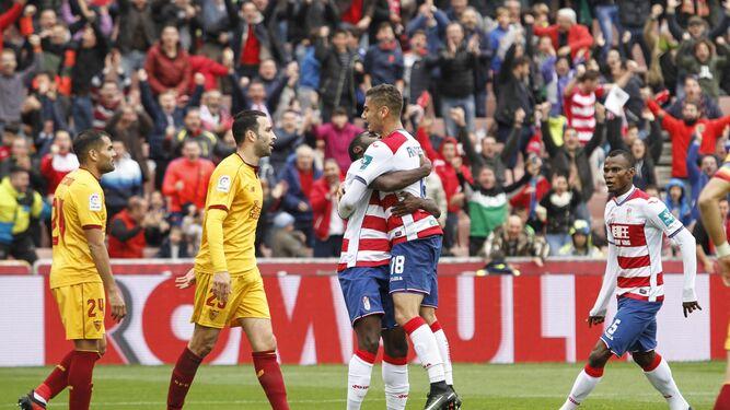 Boga levanta a Andreas Pereira tras marcar el 1-0 contra el Sevilla en la primera vuelta.