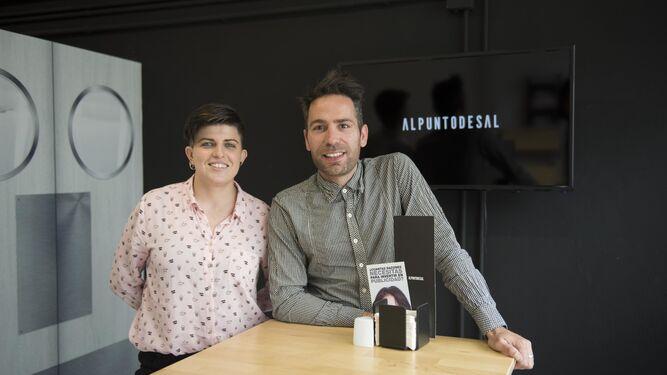 Óscar López, diseñador creativo y Coral, Desarrolladora de aplicaciones web de Al punto de Sal.