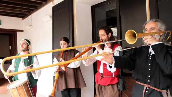 La presentación de la programación estuvo amenizada con las melodías de un grupo de música antigua.